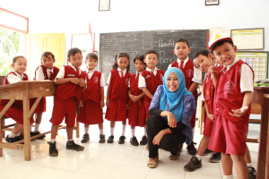 Berfoto bersama siswa setelah menyebutkan cita-cita (Dokumentasi : Masruchin – Fotografer Rombel 12)