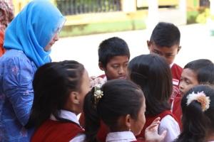 Memberikan tugas penelitian kepada siswa kelas 3-4 (Dokumentasi : Masruchin – Fotografer Rombel 12)