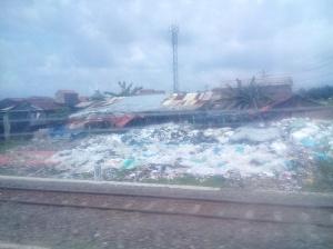 Tumpukan Sampah di Dekat Rel Menuju Stasiun Tawang