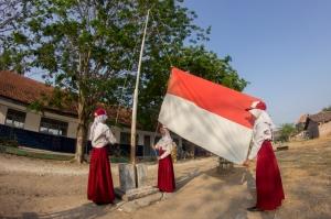 Upacara di SDN Jogodalu, dengan Bendera Peach - Putih