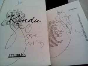 Bisa dapat tanda tangan di 2 buku aja udah seneng